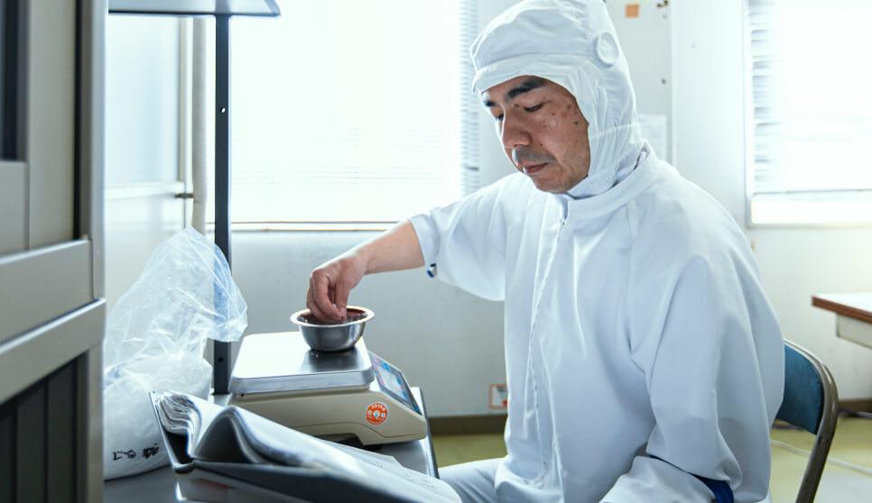 向き合うのは「素材」という自然が生んだ産物※実際はマスク、手袋を着用しております。