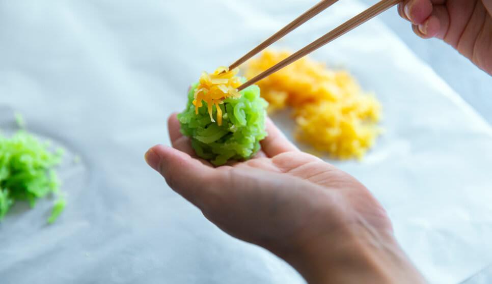 上生菓子づくりには繊細な感覚が求められる※実際は手袋を着用しております。