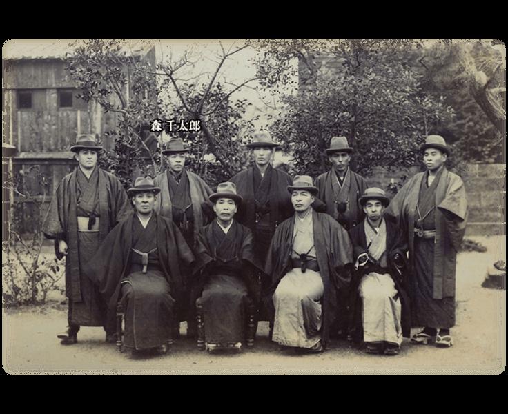 後列左から2番目が森千太郎。着物に帽子姿、明治初期の文明開化を感じる一枚