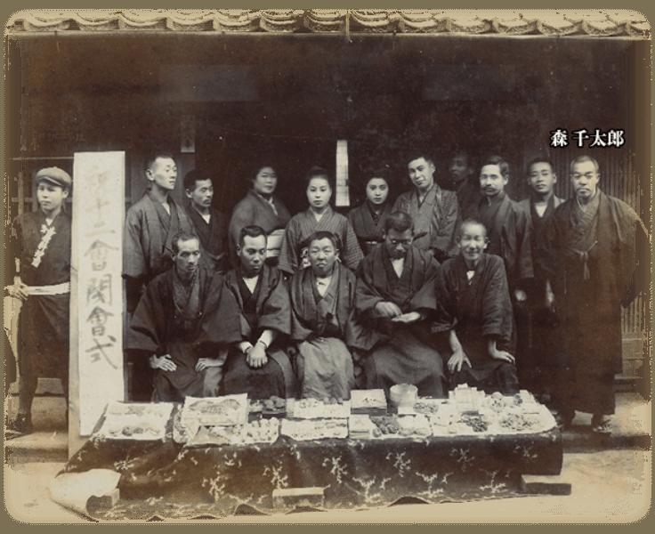 会員それぞれがつくったお菓子を前に並べて記念撮影。右端が森千太郎