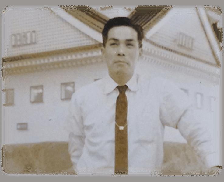 福岡城天守閣の模型の前に立つ当時の社長森正美
